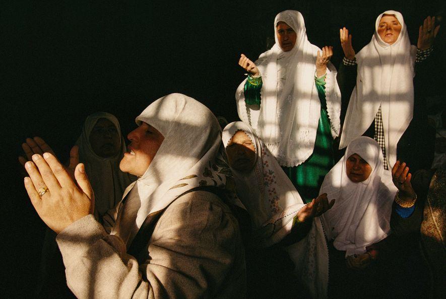Las mujeres musulmanas realizan oraciones matutinas en la Cúpula de la Roca en Jerusalén.