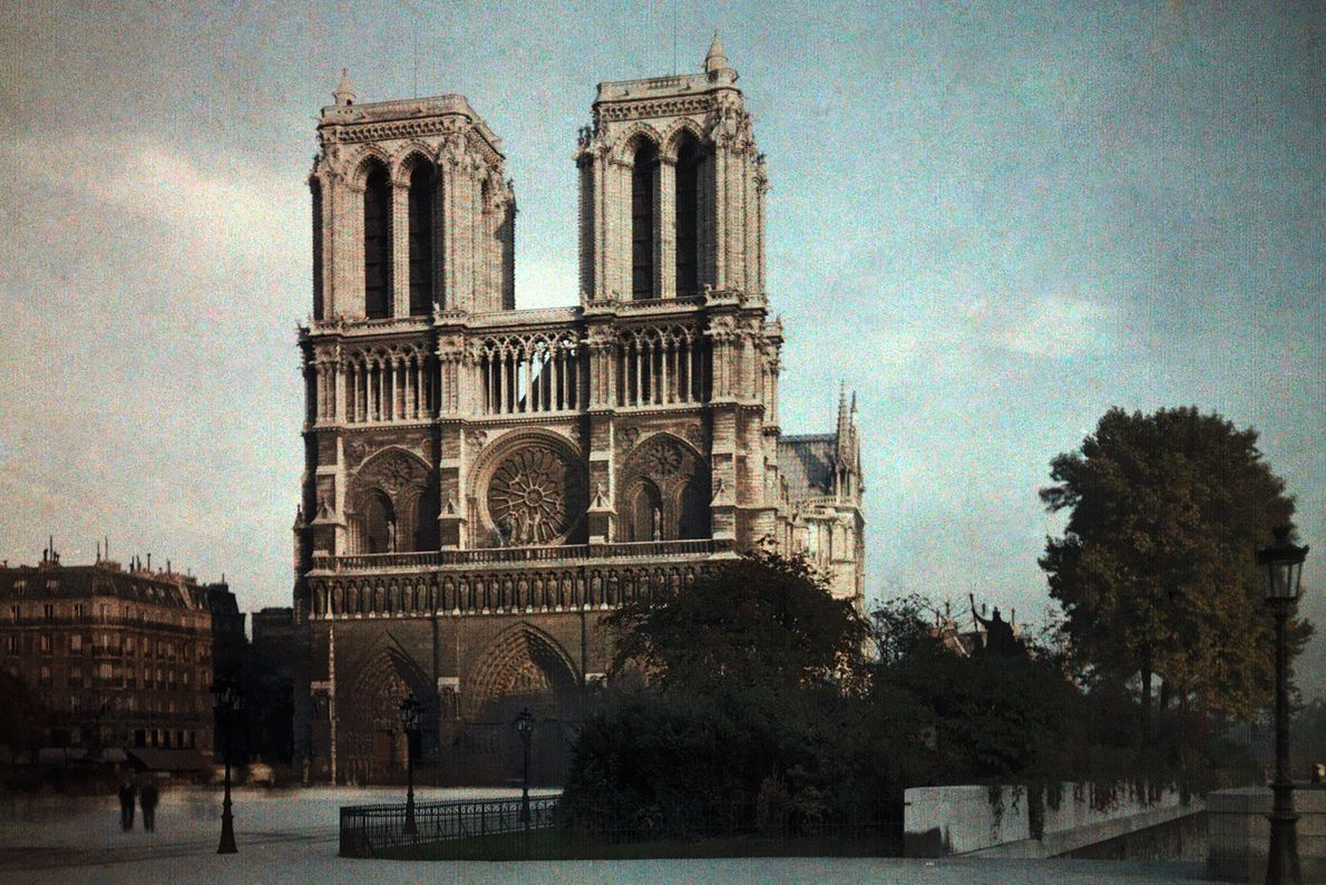 La fachada de la catedral fue construida por varios arquitectos en la década de 1220. El ...