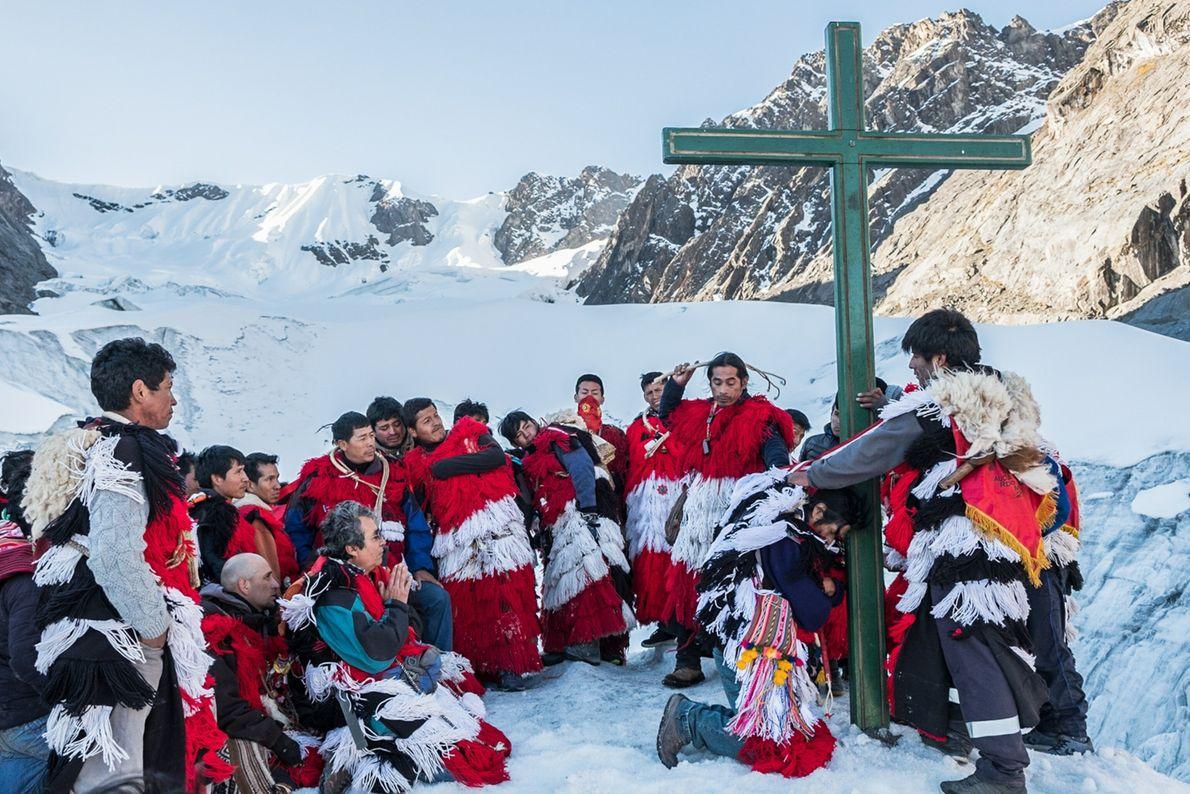 Solo las naciones más antiguas pueden escalar el glaciar sagrado Colque Punku para llevar a cabo ...