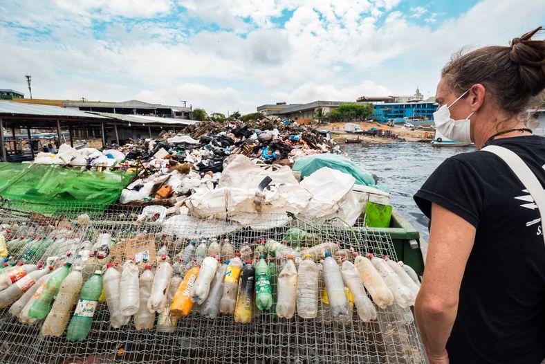Elisa Muller observa el ferri que limpia los arroyos y recolecta desechos semanalmente alrededor de la ...