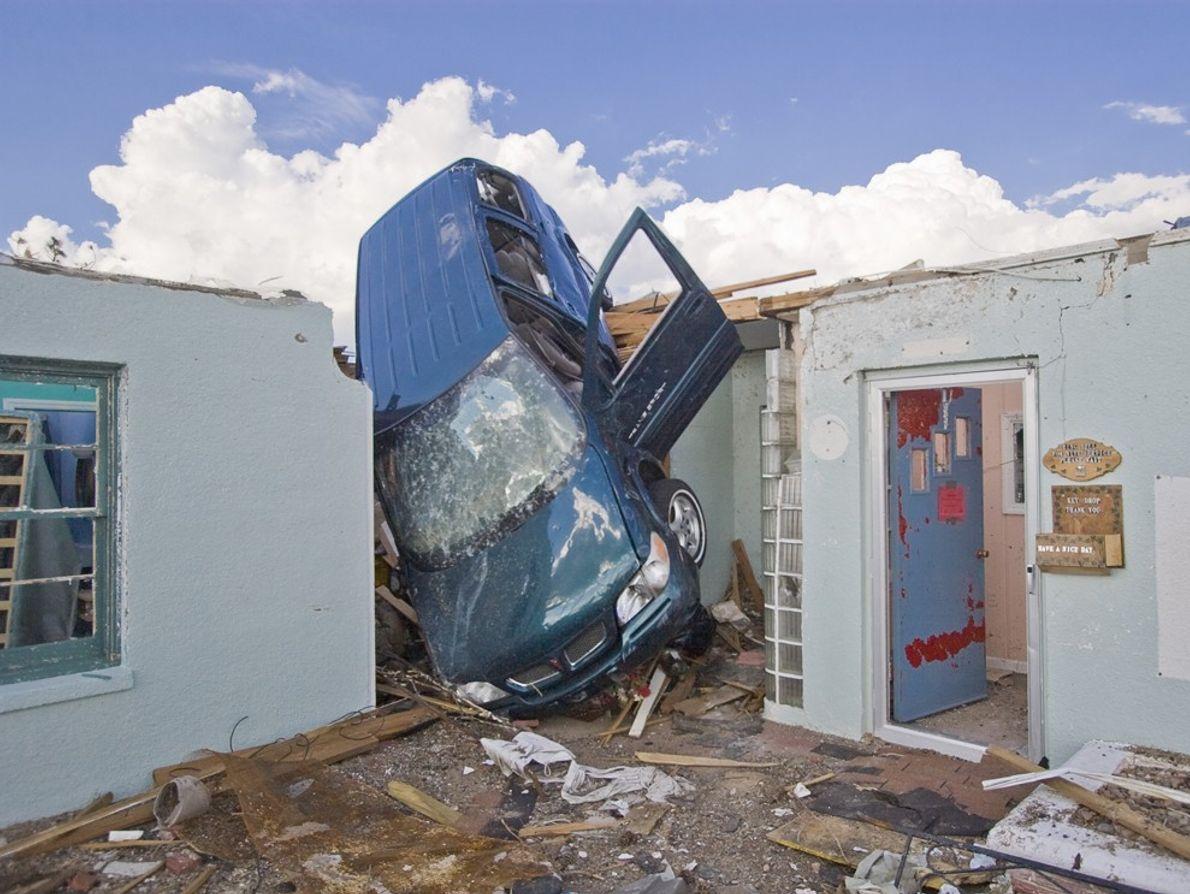 Un tornado EF5 arrojó una camioneta a un hotel en Greensburg, Kansas. Un tornado EF5 produce ...
