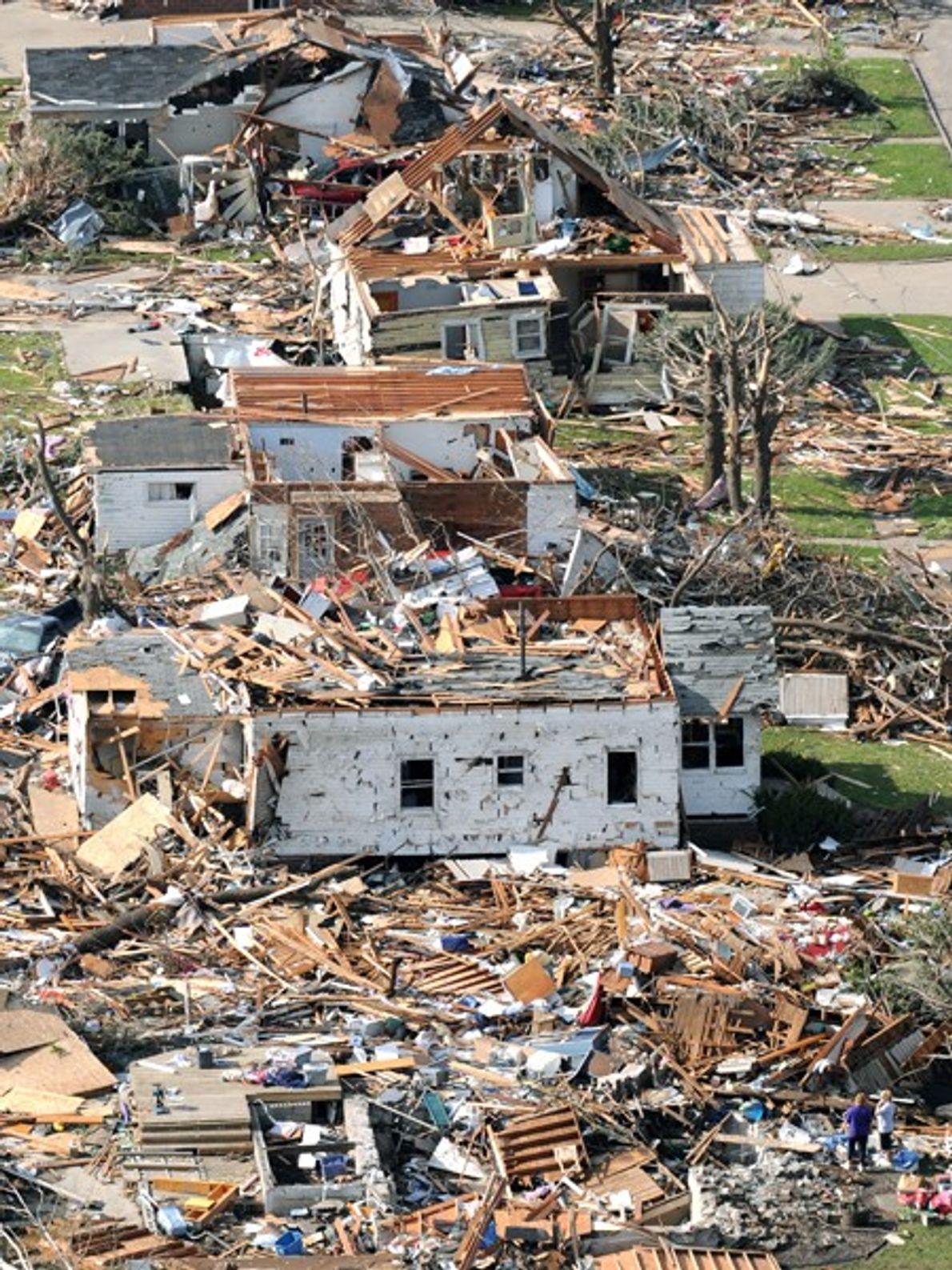 Varias casas seguidas fueron destruidas por un tornado en mayo de 2008 en Parkersburg, Iowa. Los ...