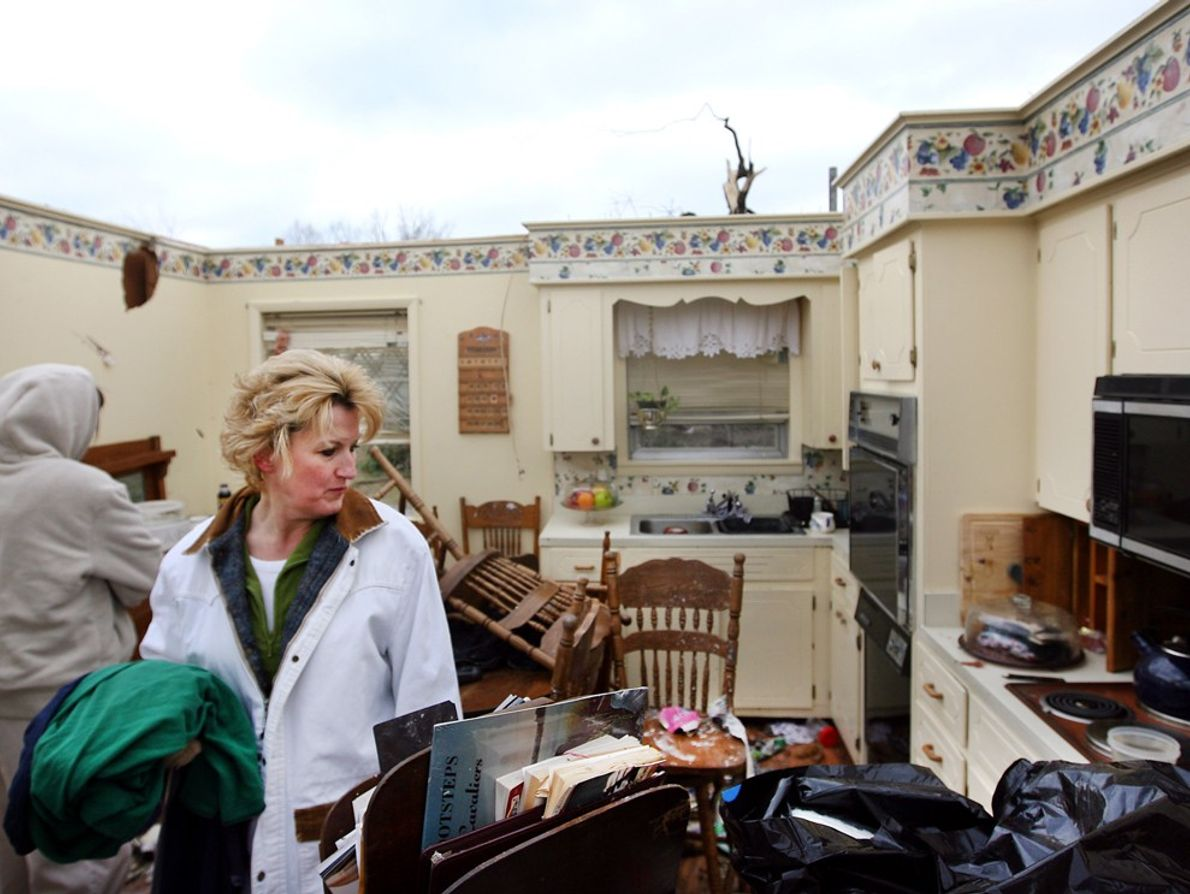 Una mujer revisa los restos de la casa de su madre en Arkansas después de que ...