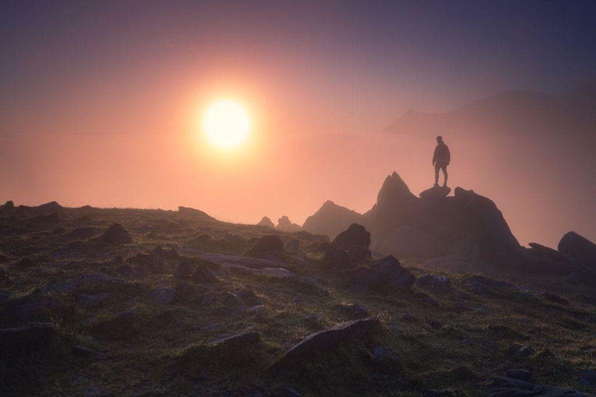 El alpenglow es un resplandor rojizo que se suele ver en las cimas de las montañas ...