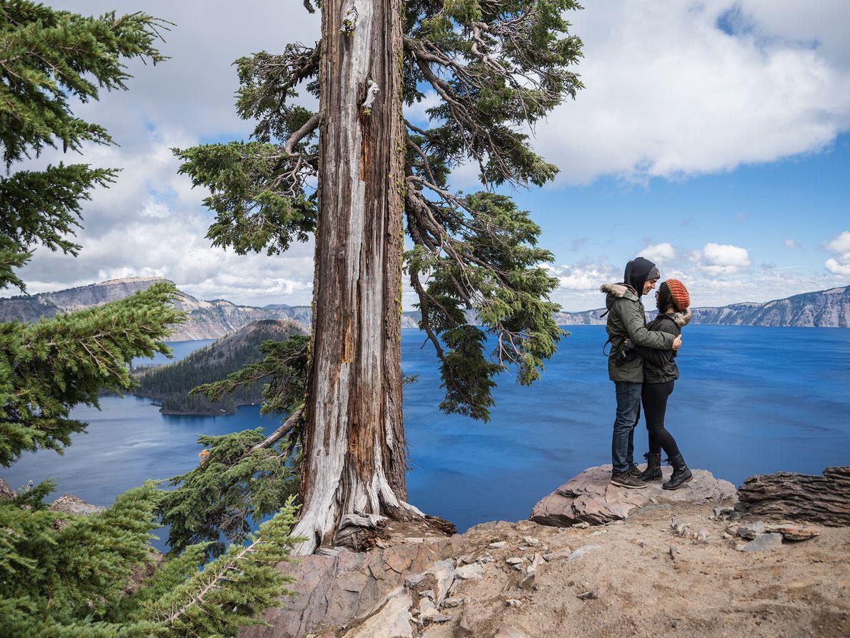 Una pareja se abraza en Crater Lake en Oregon.