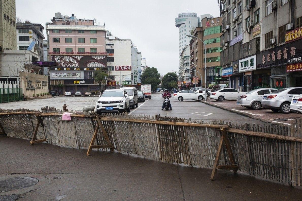 Un motorista no puede pasar por una barricada hecha de vallas.
