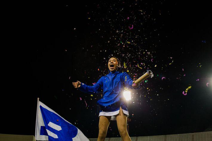Brisa Rivera hace estallar una lata de confeti durante el último partido de fútbol de la ...