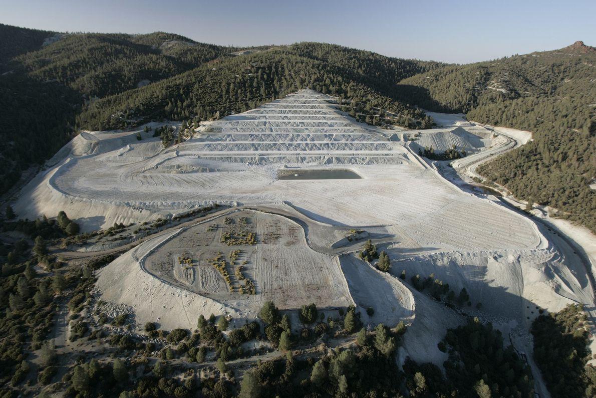 La mayor reserva de asbesto en el mundo se encuentra bajo el Diablo Range en California. ...