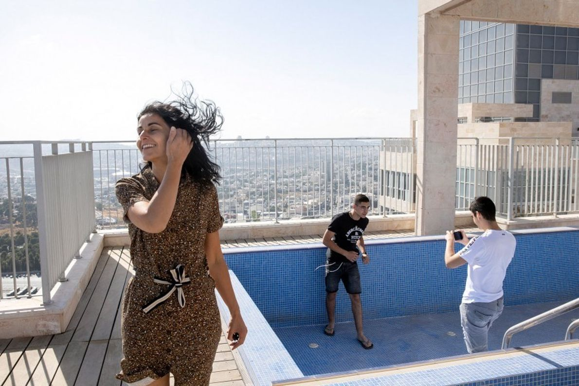 La familia Zeitoun (Thierry, Nathanael, Gabriel y Yael) disfruta de las vistas desde la azotea del ...