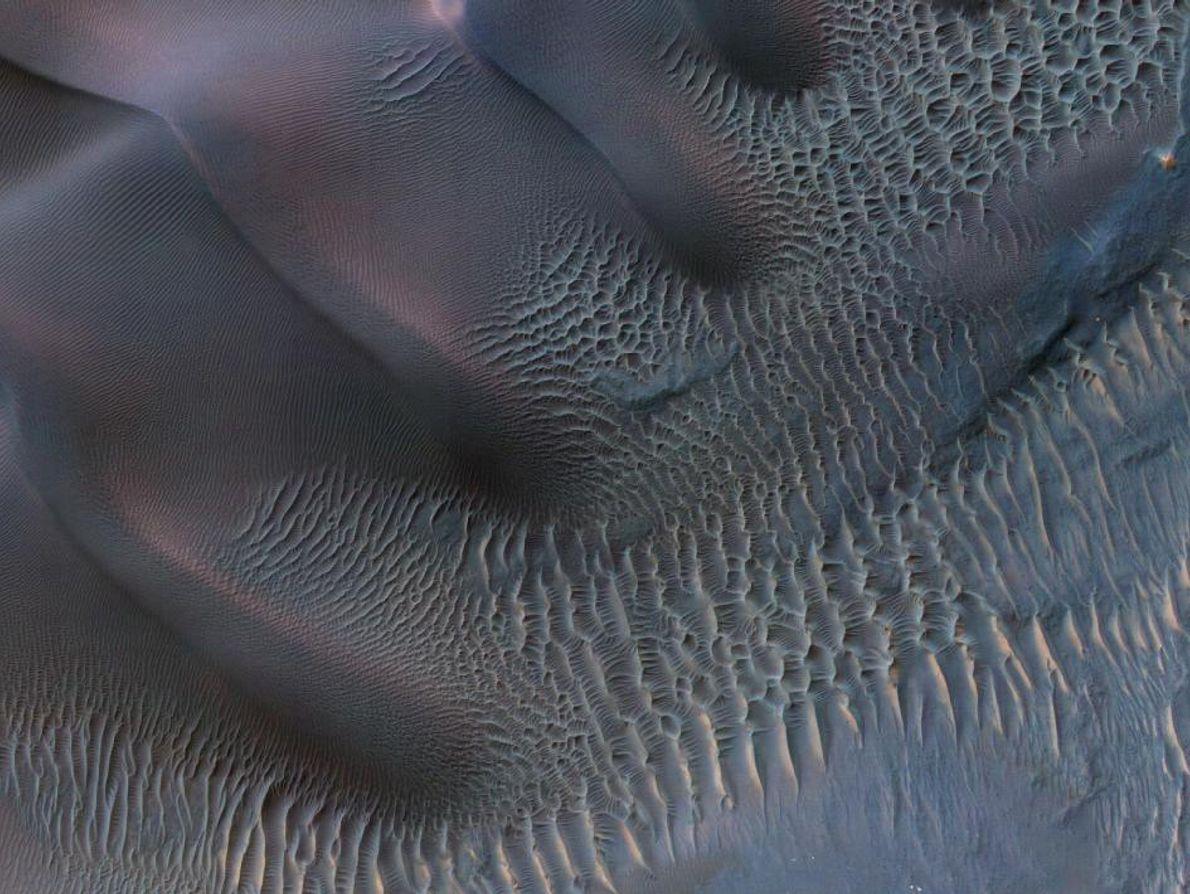 Las dunas de arena son unas de las características eólicas más comunes de Marte. Su distribución ...