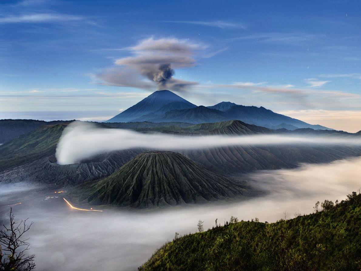 El Monte Semeru, que aquí se ve con una columna de cenizas, es el volcán mas ...