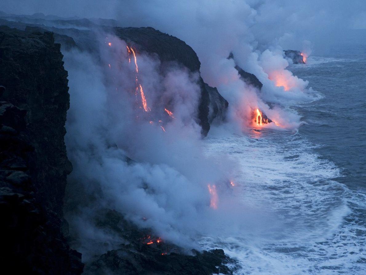 Con el siseo del vapor, la lava fluye hacia el Océano Pacífico en el Parque Nacional ...