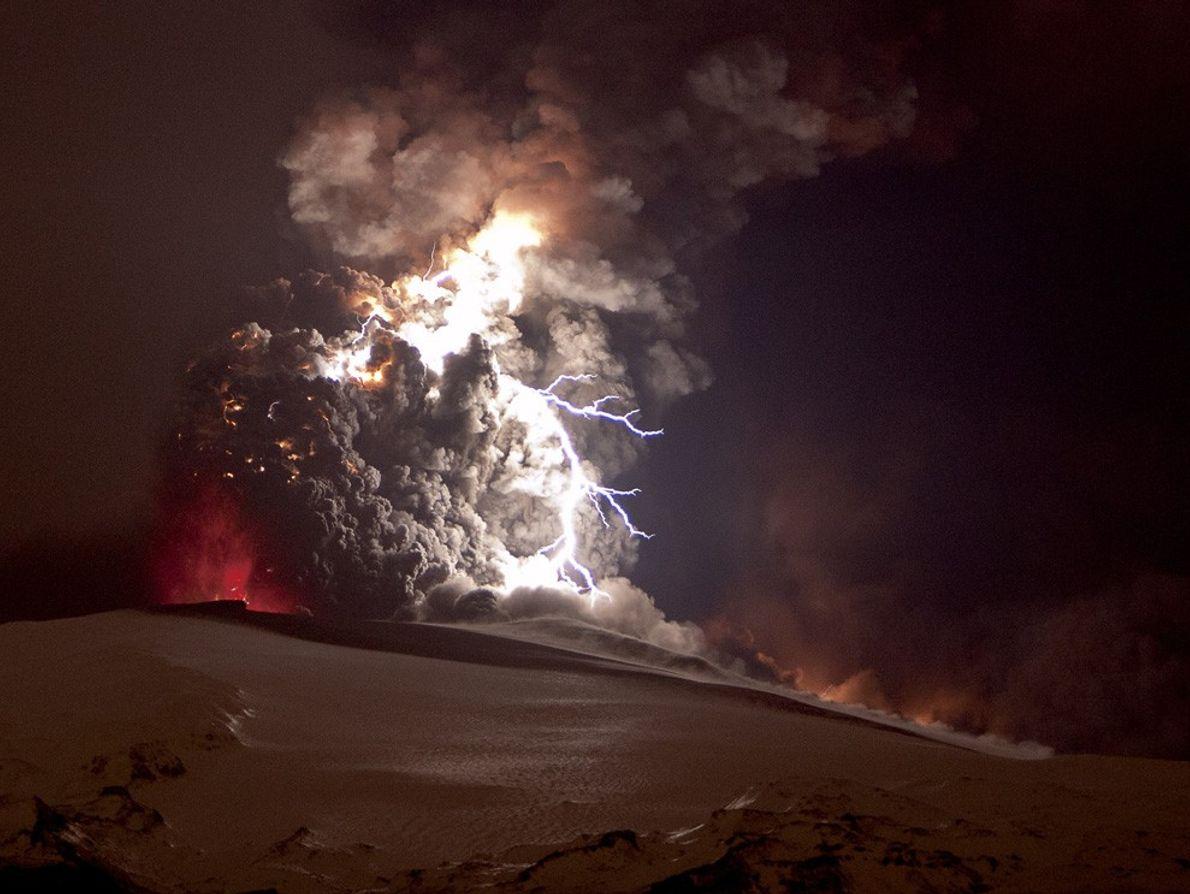 Un relámpago brillante crepita en una nube de cenizas tras una erupción del volcán Eyjafjallajökull en ...