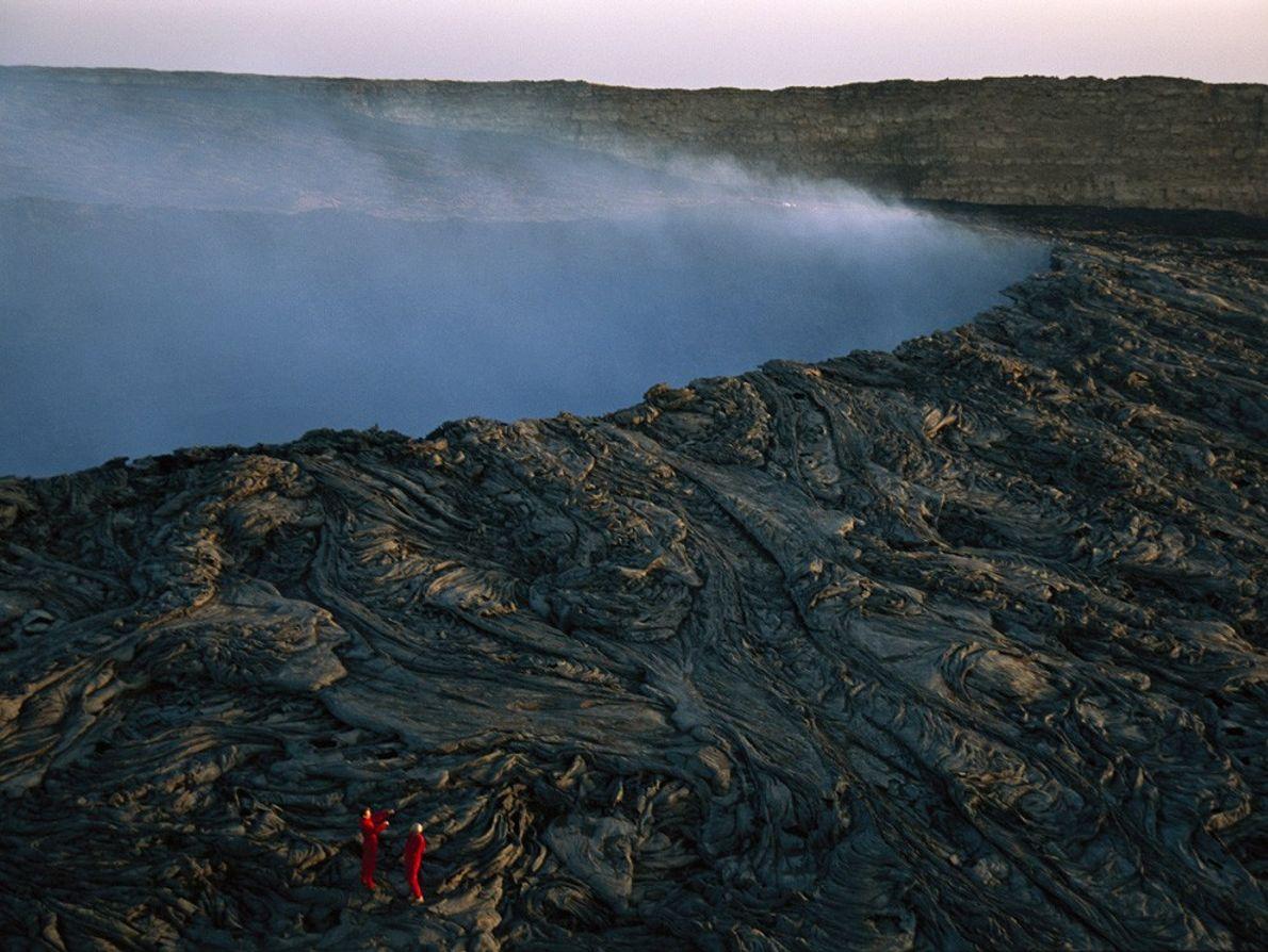 Alpinistas escalan espirales de lava en la caldera del volcán Ertale en Etiopía, mientras se escapa ...