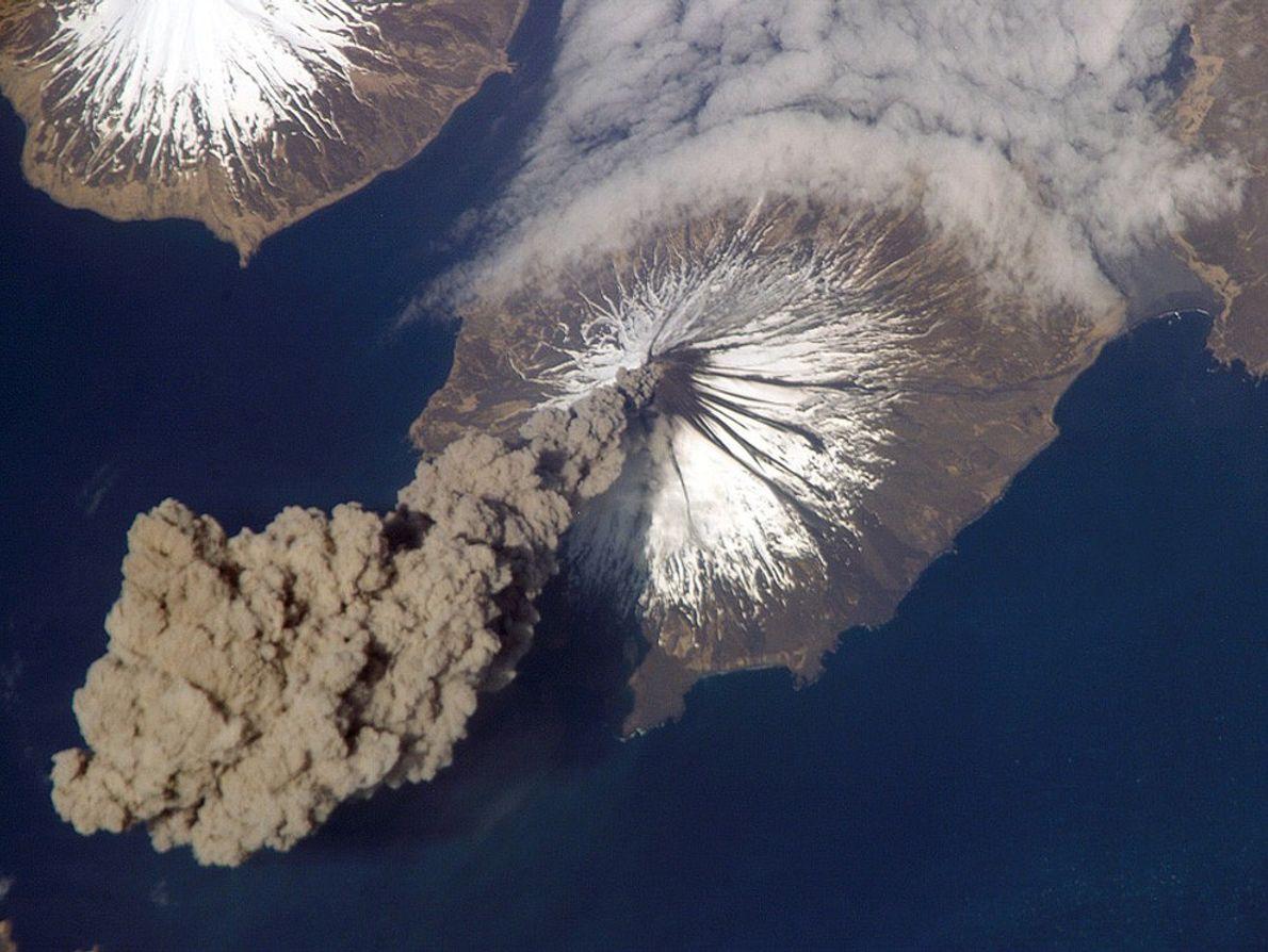 El Volcán Cleveland, ubicado en las islas Aleutianas al suroeste de Alaska, expulsa una columna de ...