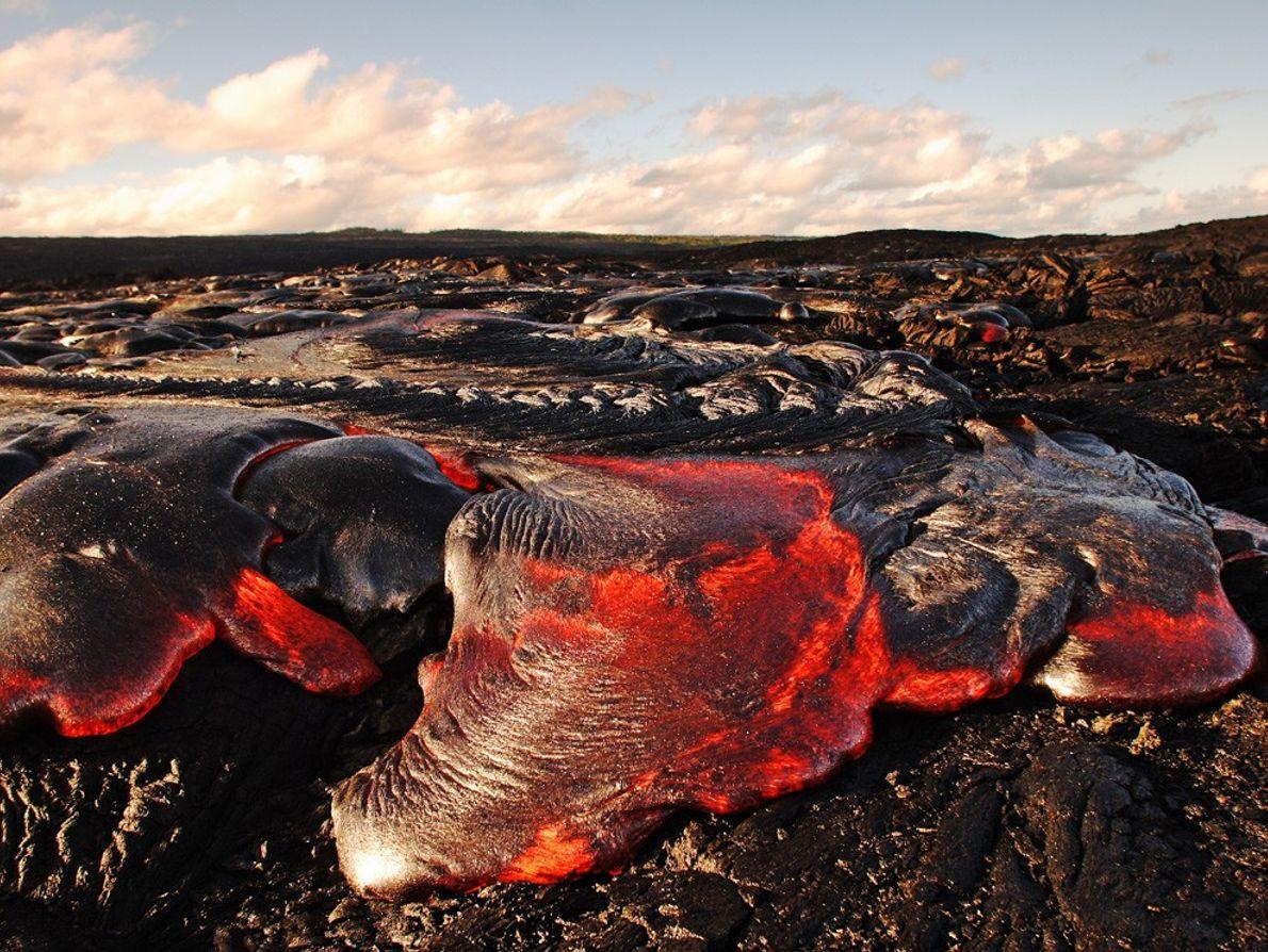 """Una colada de lava """"pahoehoe"""" fluye por el volcán Kilauea en el Parque Nacional de Volcanes ..."""