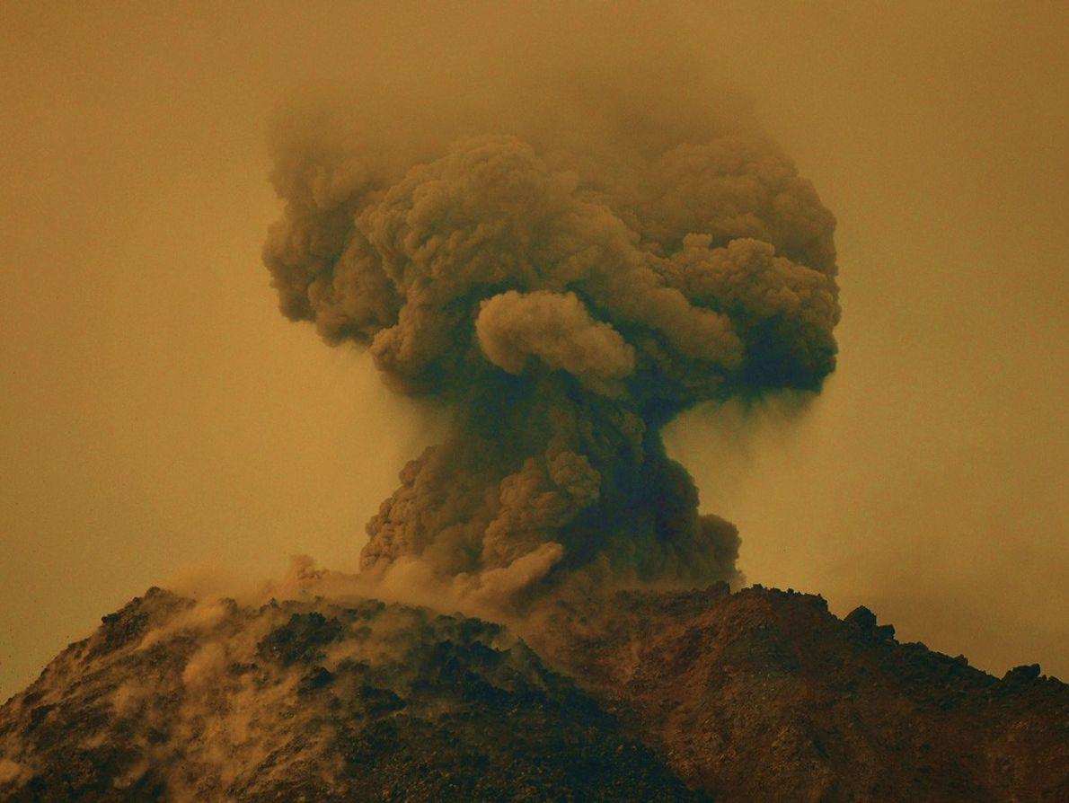 El Volcán Arenal en Costa Rica entró en erupción repentinamente en febrero de 2010, cambiando el ...