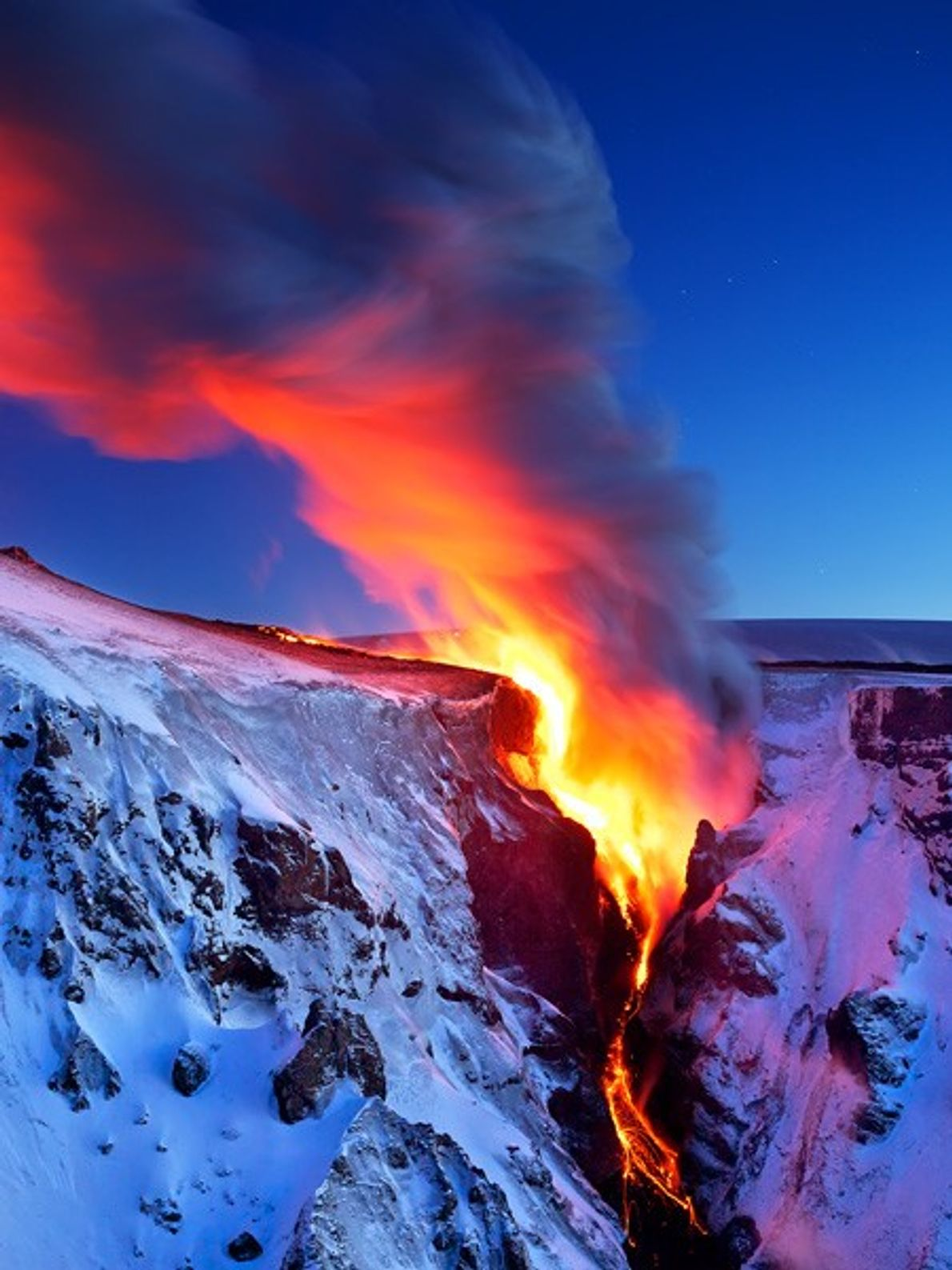 La lava fluye hacia un valle en el sur de Islandia cerca del volcán Eyjafjallajökull.