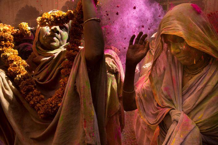 Las viudas disfrutan de Holi en el Templo Gopinath en Vrindavan, en el estado indio de ...