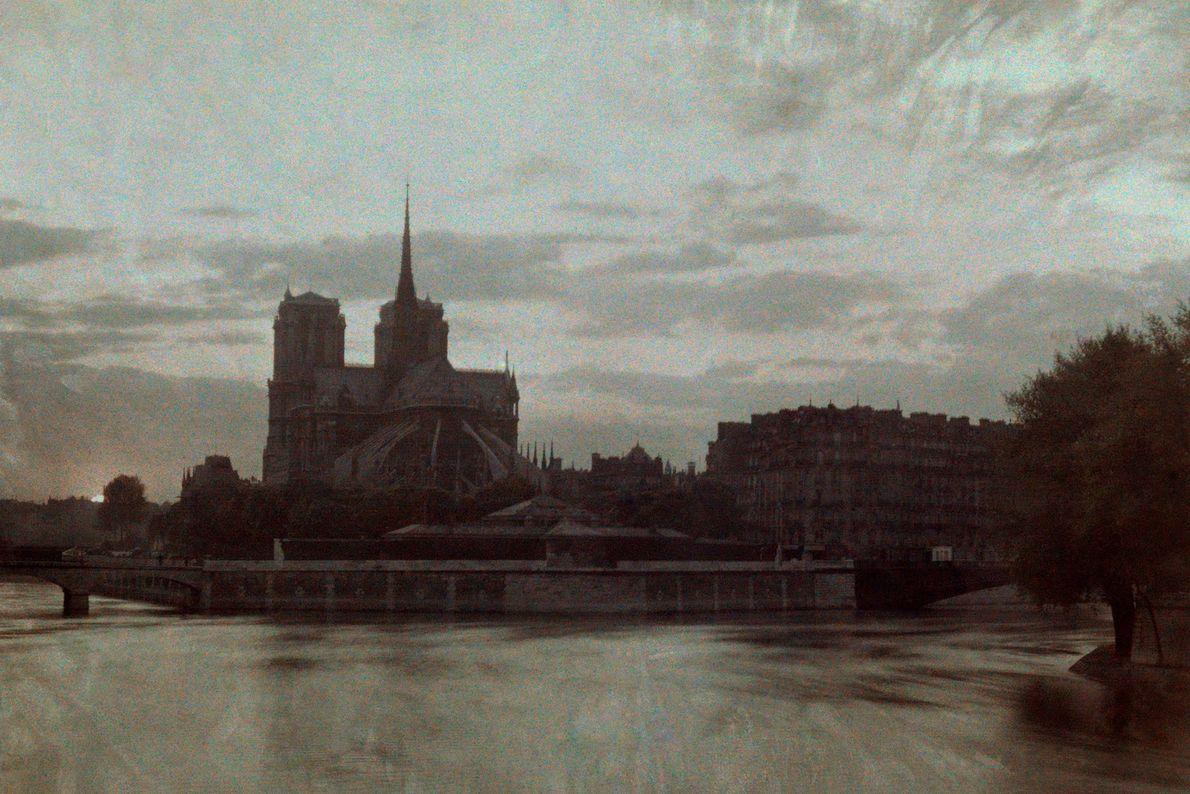 El atardecer oscurece a Notre Dame en esta fotografía de 1923.