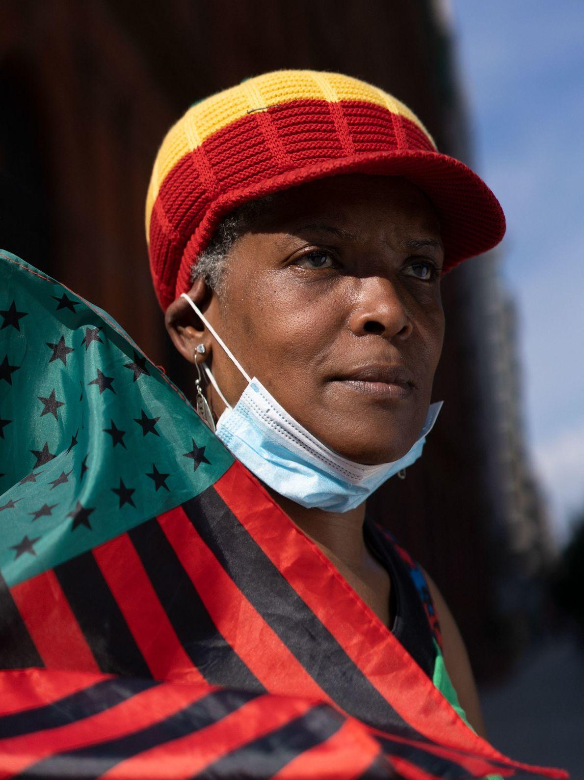 Maria Modlin (55), también conocida como Yaya, marcha con un grupo de manifestantes desde el Monumento a ...
