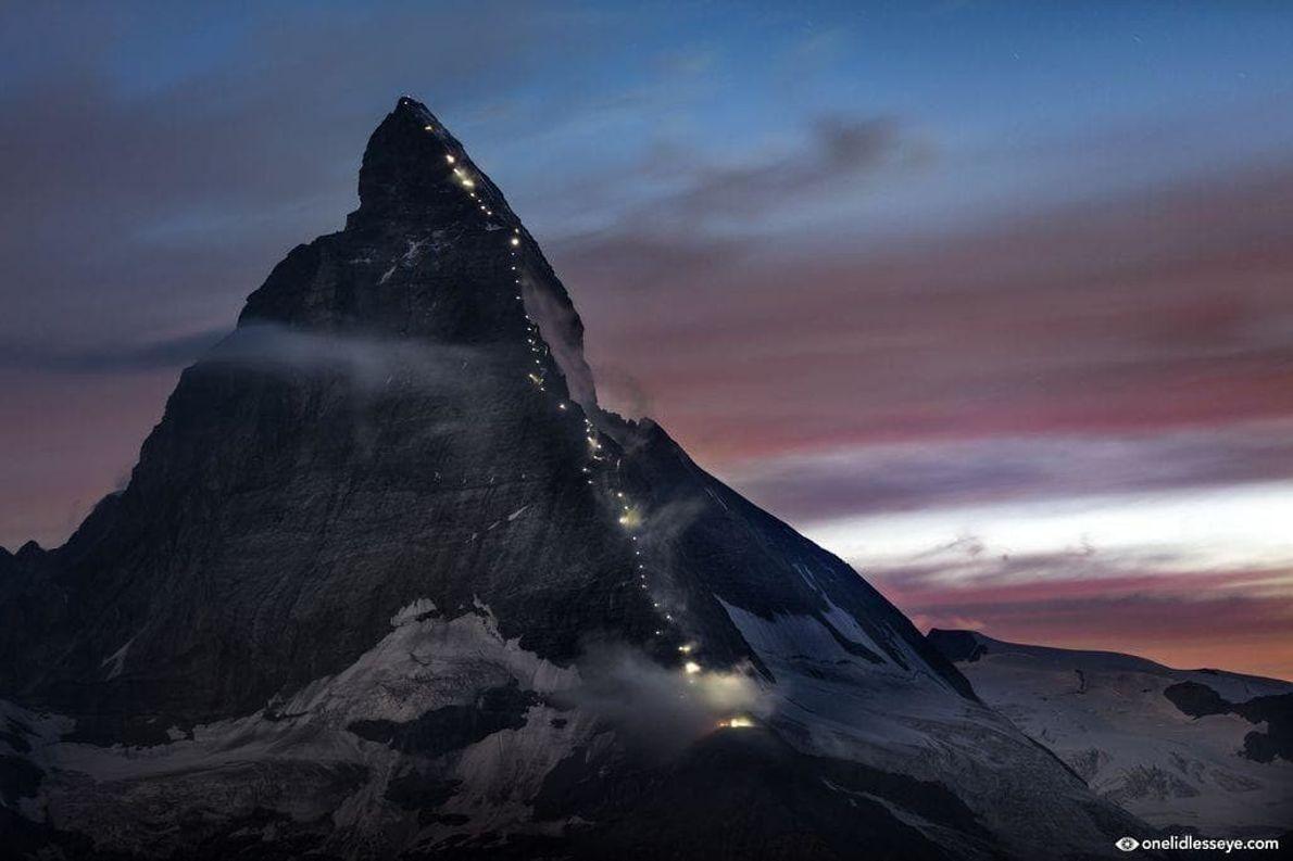 El Matterhorn iluminado en el 150 aniversario del primer ascenso. Los primeros en alcanzar la cima ...