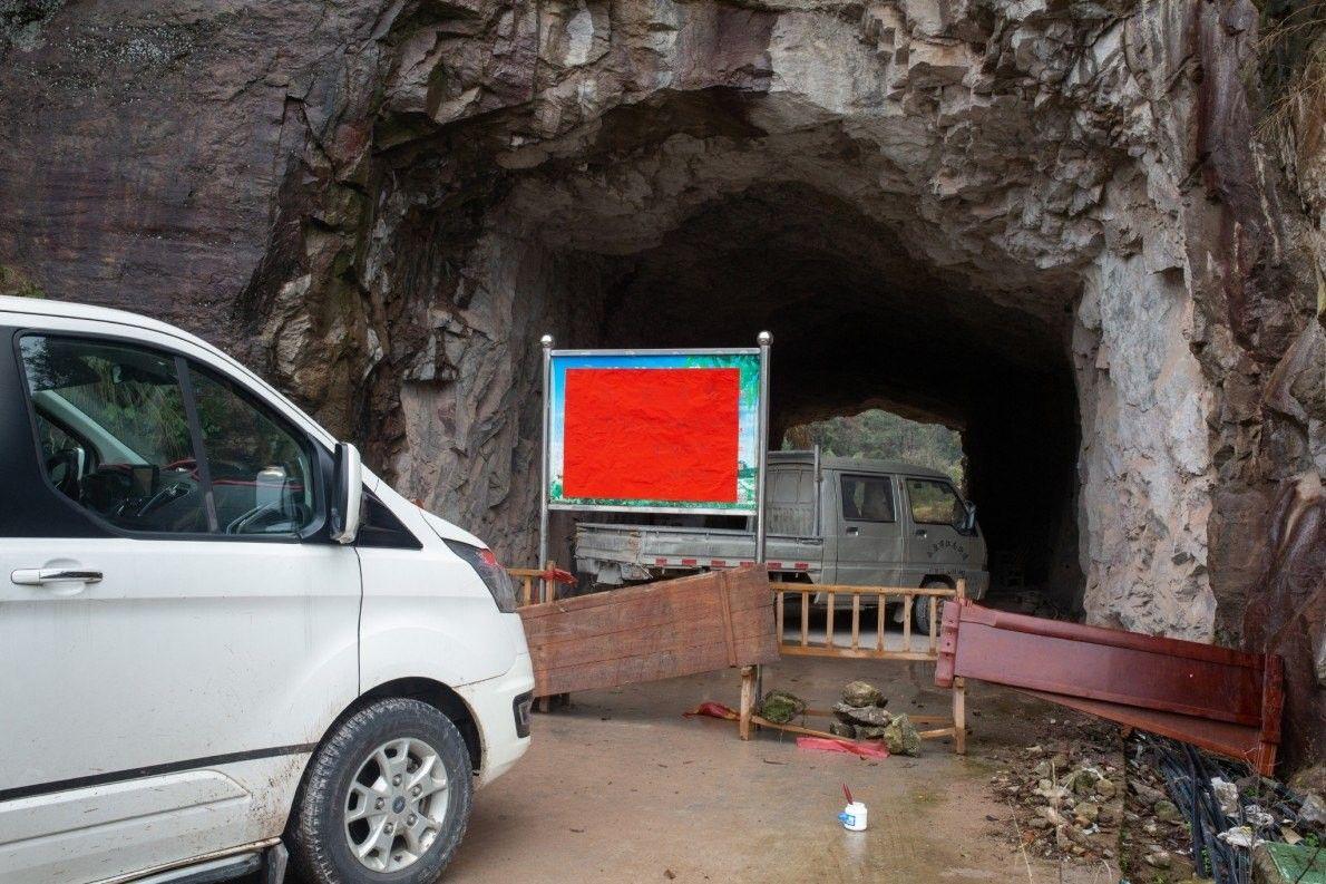La aldea de Gongrui colocó barricadas en la entrada con muebles y una señal que dice: ...