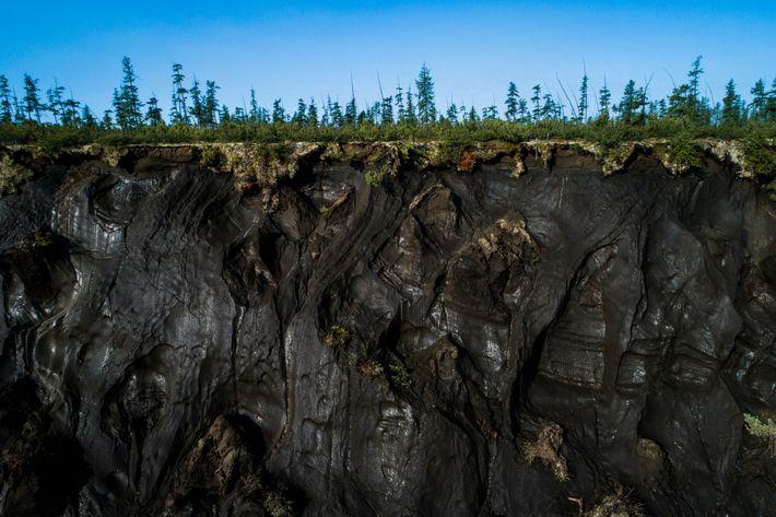 El permahielo se puede observar de cerca a lo largo del perímetro del cráter Batagaika.