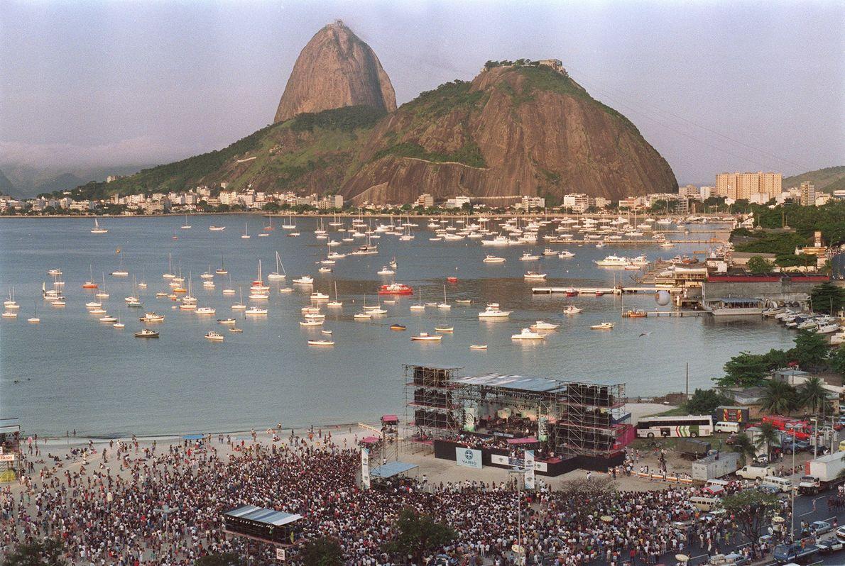 """Cientos de personas asistieron al """"Concierto para el planeta Tierra"""" de 1992 en Río de Janerio, ..."""