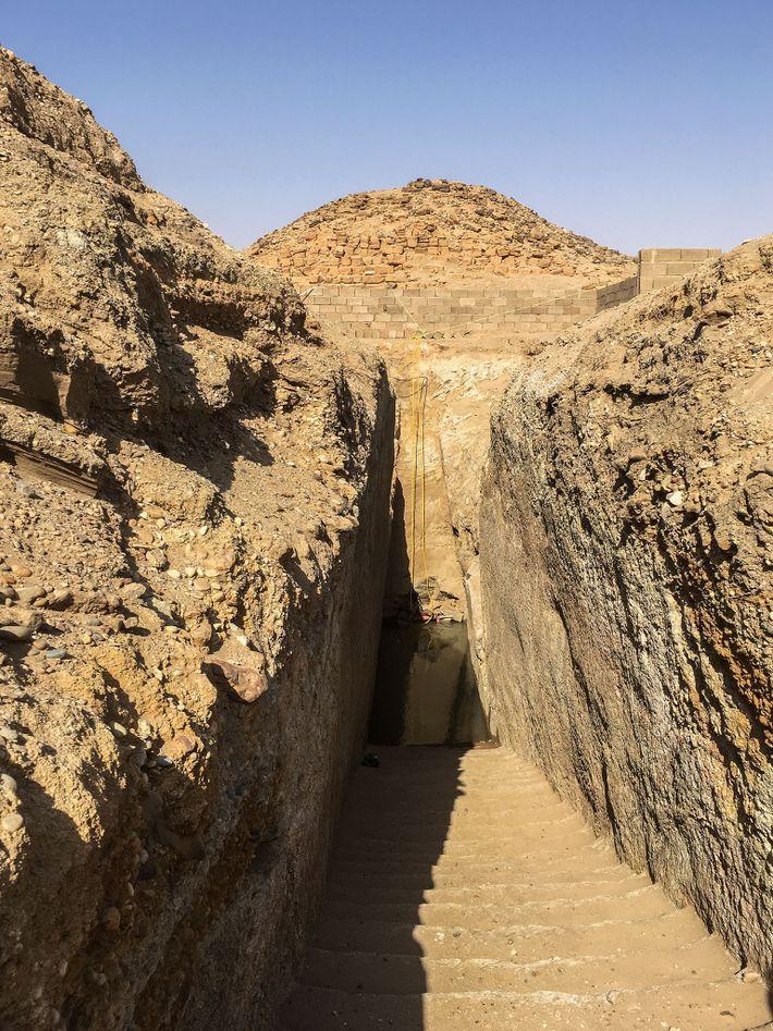 Para acceder a la tumba del faraón Nastasen, los arqueólogos tuvieron que excavar la escalera procesional ...