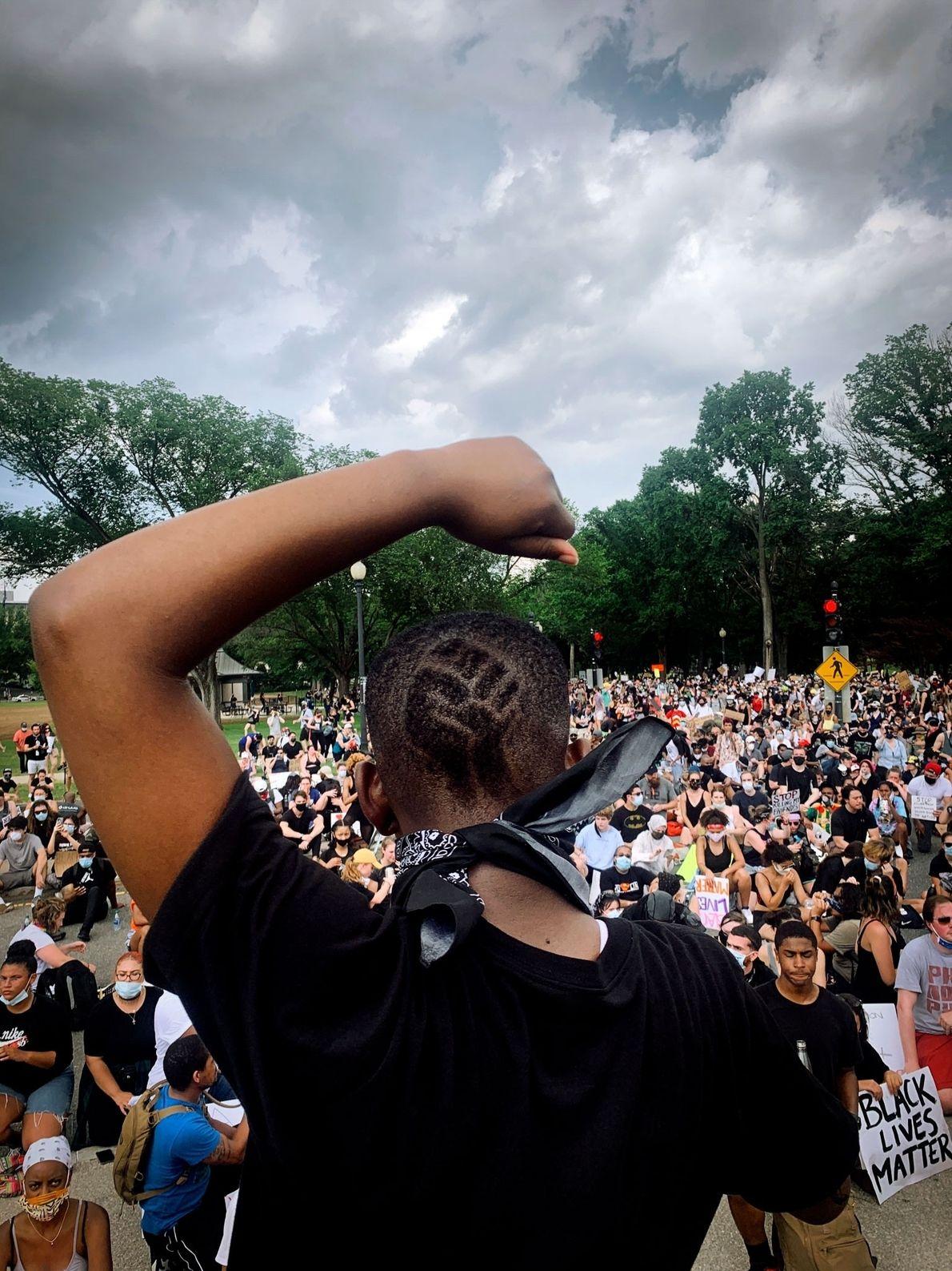 Philomena Wankenge, miembro del grupo Freedom Fighters DC, habla ante la multitud en el Monumento a ...