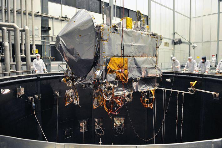 El 11 de febrero del 2016, OSIRIS-REx se sometió a pruebas ambientales en una cámara de ...
