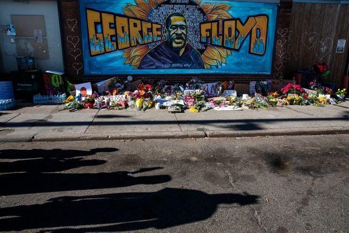 Un mural de Floyd junto a las flores y velas que ofrendaron los ciudadanos de Minnesota. ...