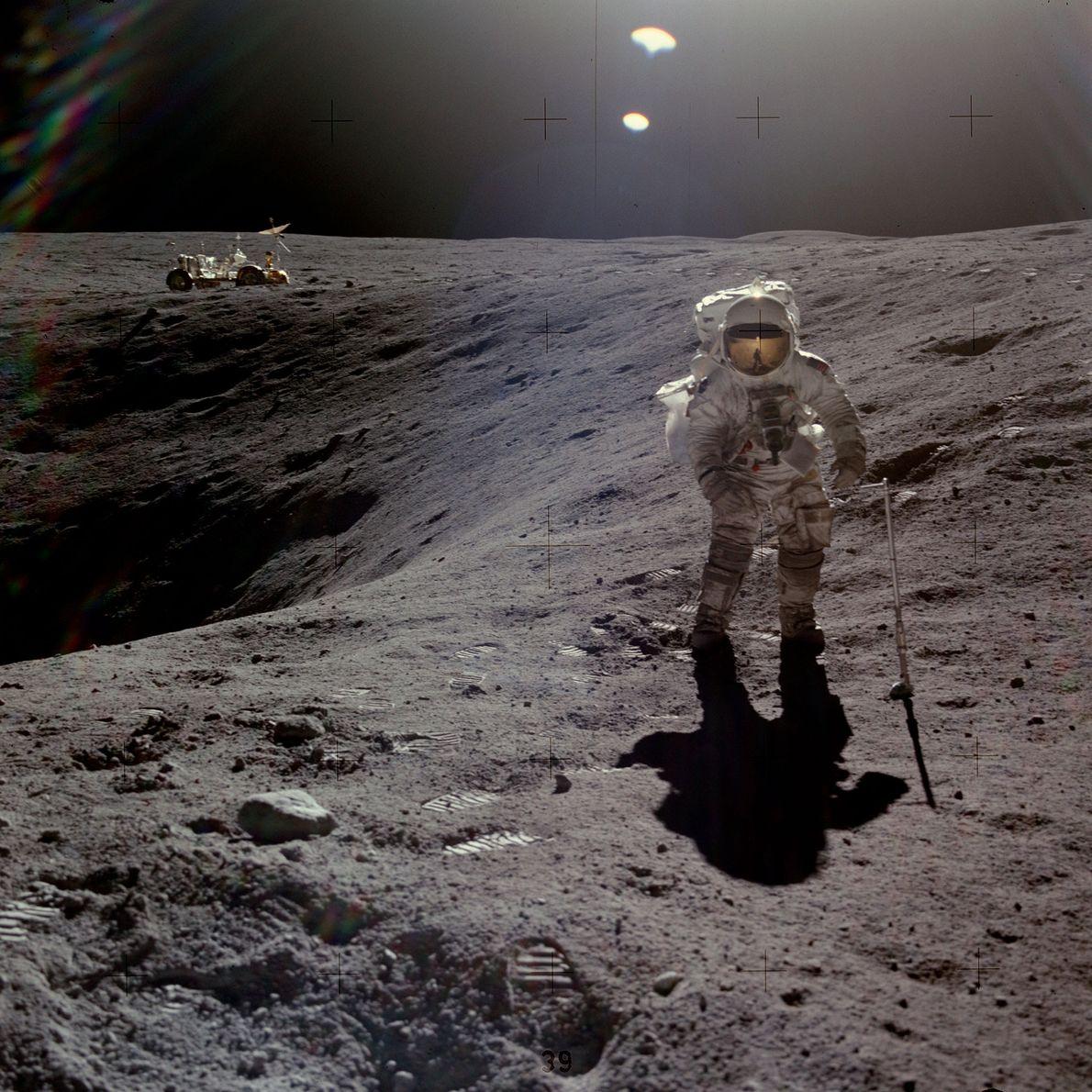 El astronauta Charles Duke recolecta muestras durante la misión del Apolo 16. Él y John Young ...