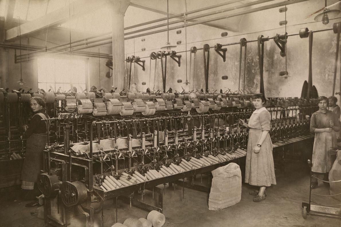 Las mujeres trabajan en una fábrica de algodón en 1922 en el valle del Ruhr, Alemania.