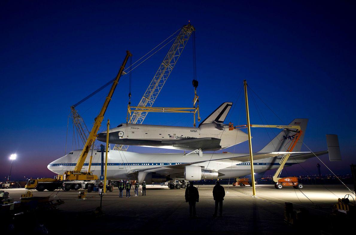El transbordador espacial Enterprise se ve en la parte superior del avión de transporte de la ...