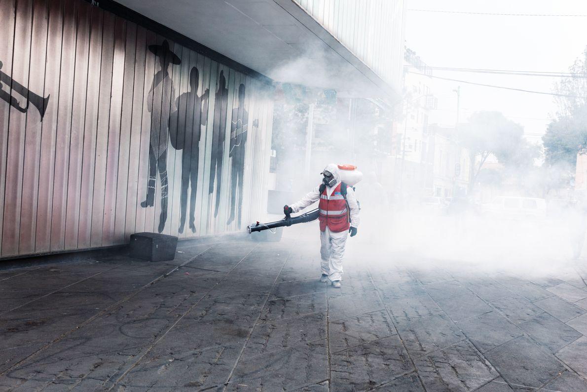 Foto de la Plaza Garibaldi siendo desinfectada durante la pandemia de la COVID-19 en la Ciudad ...