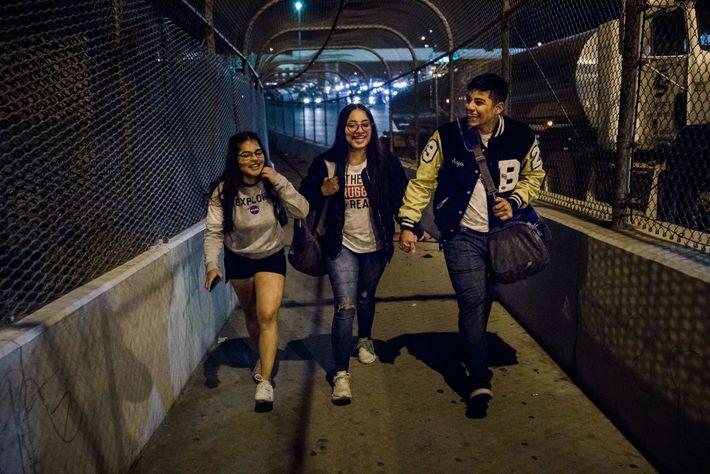 Ashley Esquivel, Megan Mejía y el novio de Megan, Sergio Reyes, caminan sobre el puente que ...