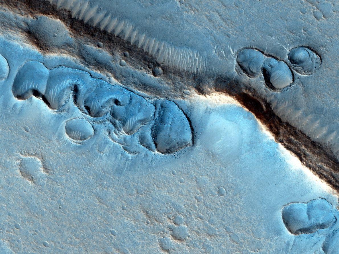 Esta imagen muestra muchos hoyos superficiales irregulares con los bordes levantados; los investigadores no saben cómo ...