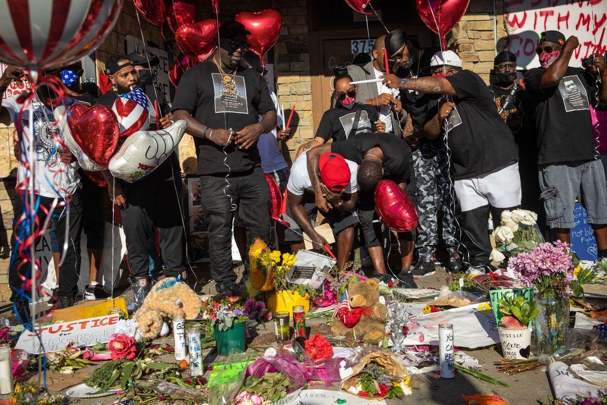 Familiares y amigos de George Floyd (un padre de 46 años) lloran su muerte en el ...