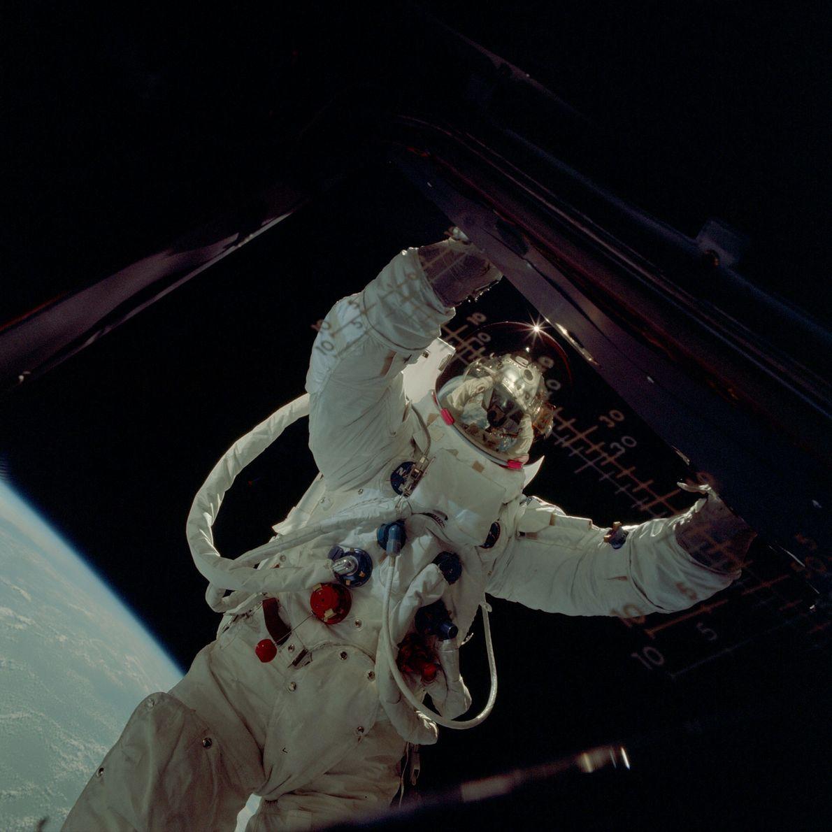 Un astronauta del Apolo en una caminata espacial, fotografiado desde el interior del módulo lunar.
