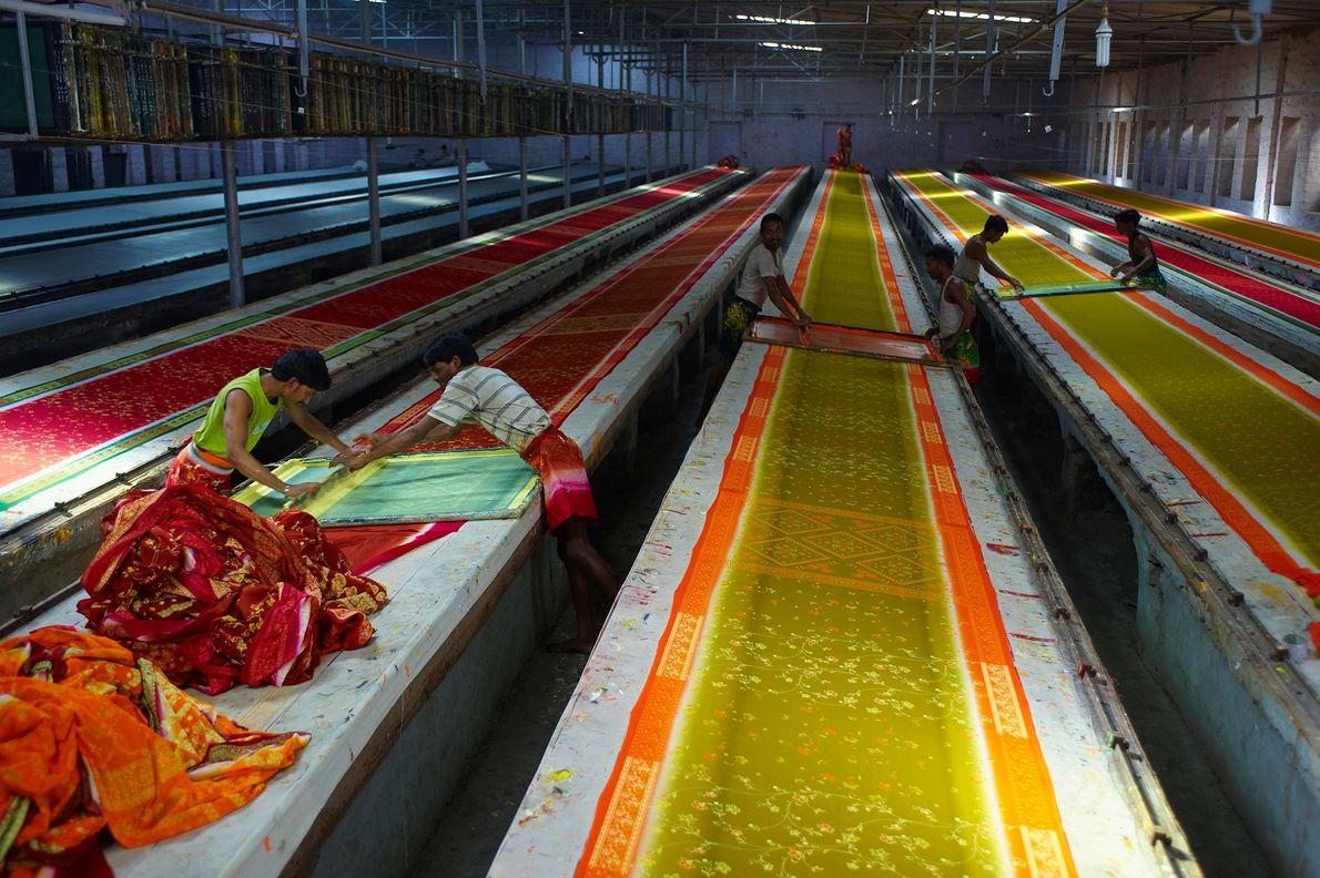 Los saris, que se muestran aquí secándose en un taller de Rajasthan, pueden medir hasta 2,7 ...
