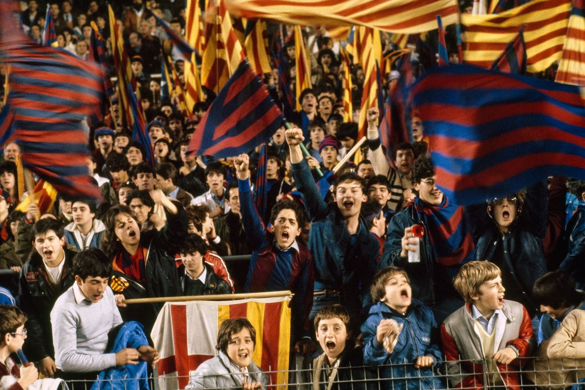 Fanáticos de fútbol alientan al Barcelona en un partido contra el Real Madrid en la región ...
