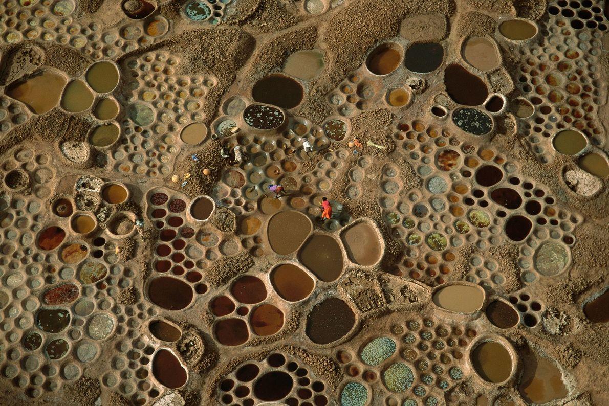 Los charcos de agua salada que se evapora producen lodos de diferentes colores en Níger.