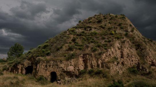 El cielo se oscurece encima de la entrada de una cueva en Benalúa, un poblado en ...