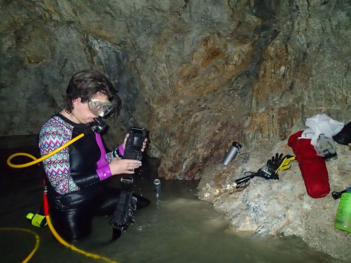 La editora de National Geographic, Kristin Romey, instala equipos en la segunda cámara de la tumba ...