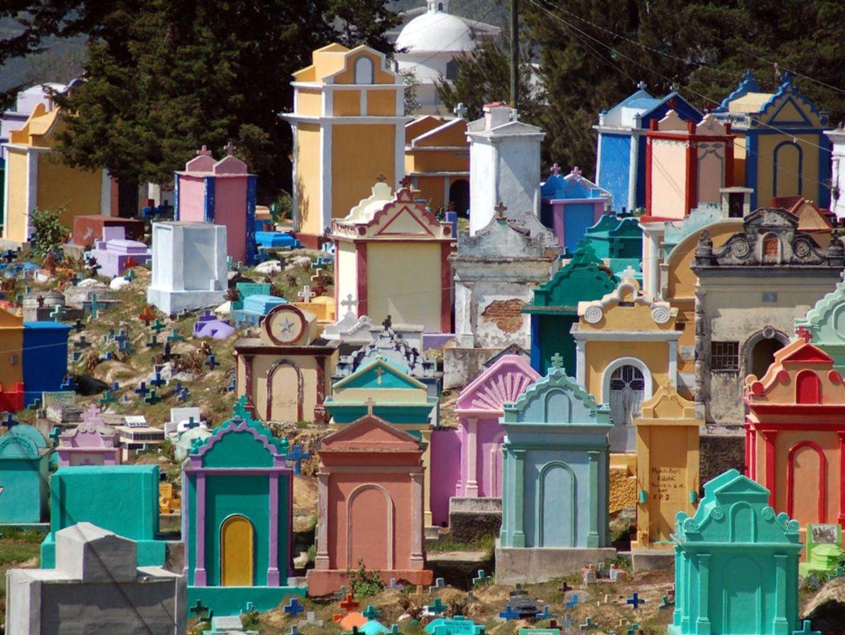 El colorido cementerio en Chichicastenango, Guatemala. La vida después de la muerte se considera digna de ...