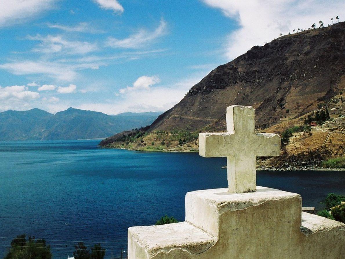 Fotografía tomada en Guatemala en San Antonio de Laguna, con vista al lago Atitlán. (Esta foto y ...