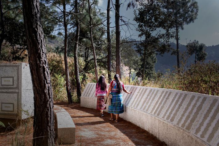 Un monumento conmemorativo alrededor del borde de la cima de la montaña lista los nombres de ...
