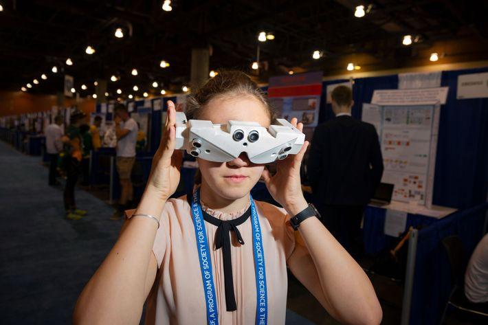 En la Feria Internacional de Ciencia e Ingeniería en Anaheim, California, la estudiante de secundaria rusa ...